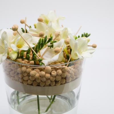 Vaas creatie met freesia's - close up